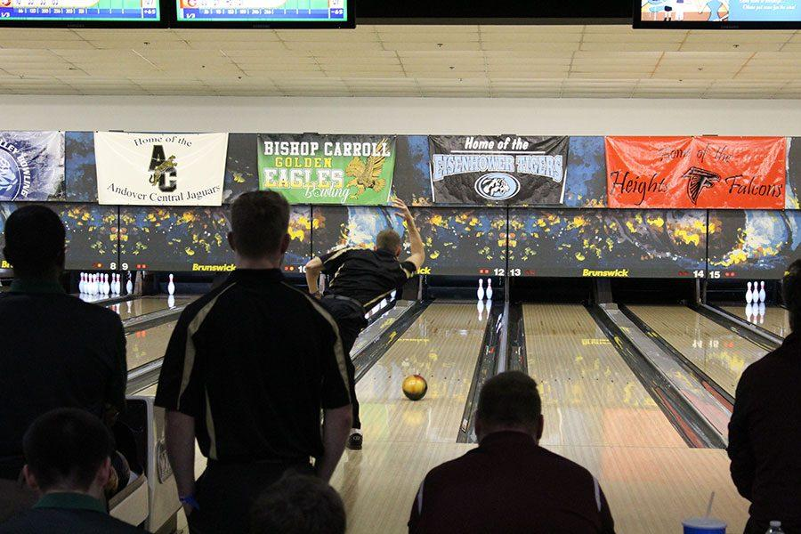 Senior+Jake+Lindenmeyer+throws+his+ball+down+the+lane+to+pick+up+the+pins+he+left.+Lindemeyer+went+on+to+spare+this+shot.