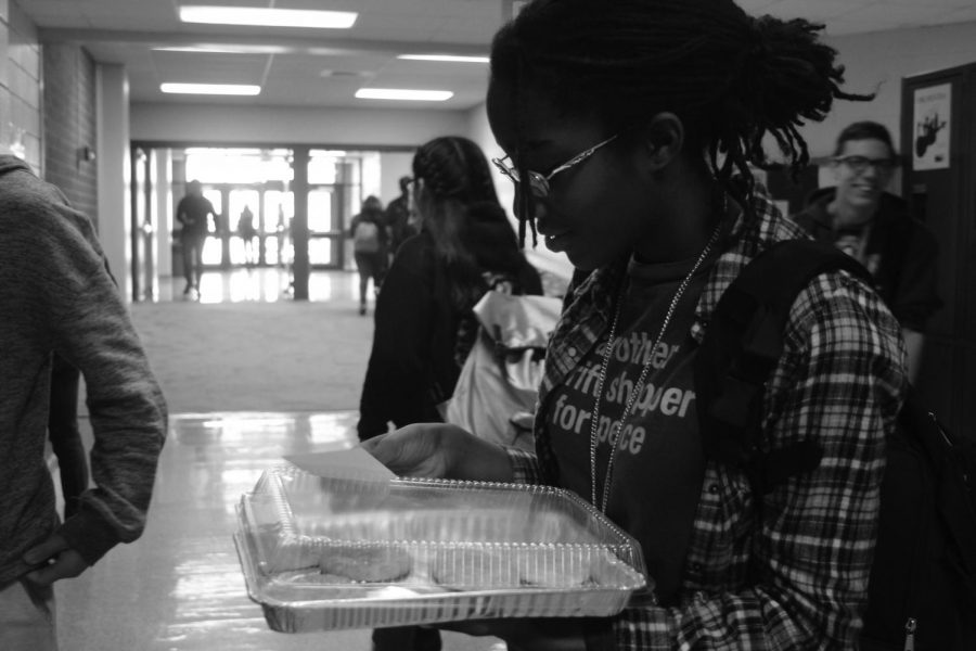 Sophomore Amaya Virden hands out homemade cookies to students on Thursday, Nov. 9, to brighten students' days.