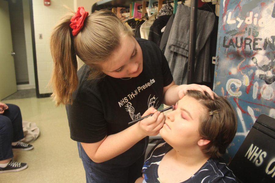 Junior+Grace+Clayton+does+sophomore+Emma+Youngs+makeup+before+the+show.