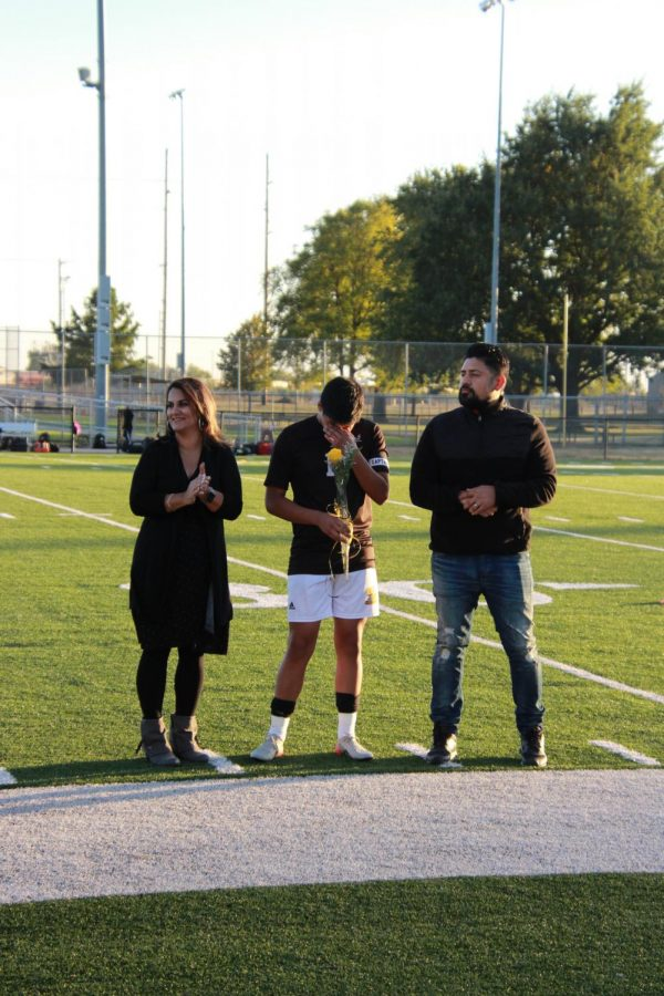 Senior+Xander+Valdiva+accompanied+with+his+parents.