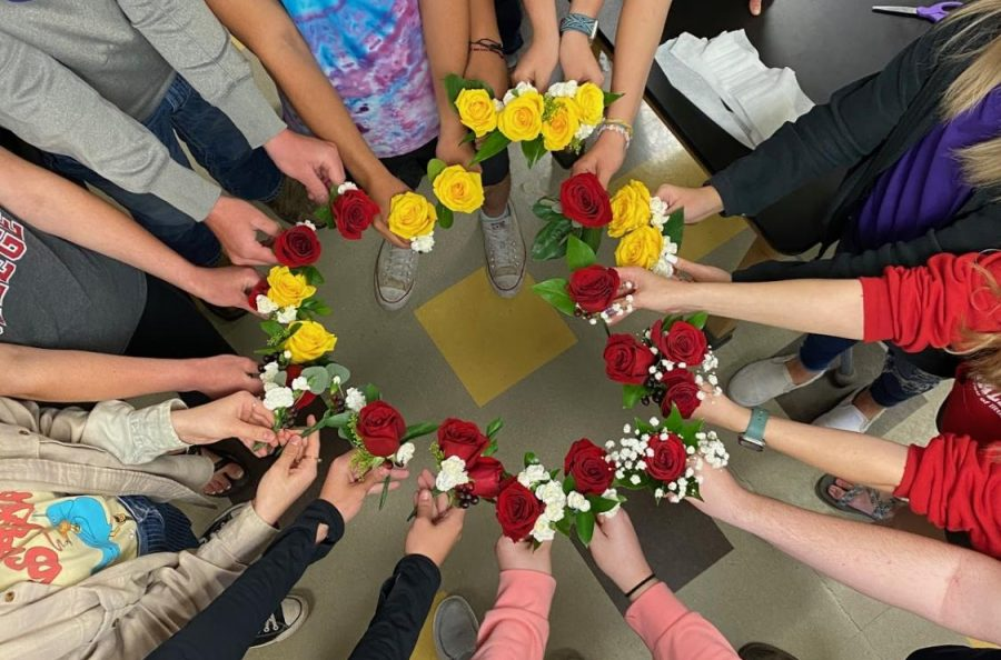 Horticulture class makes prom corsages